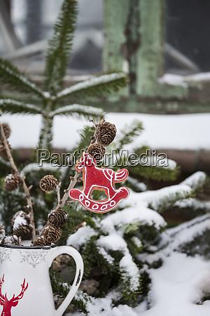 schaukeln pferd weihnachten ornament und schnee