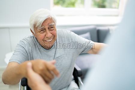 glueckliche alte patientenversorgung zufriedenheit
