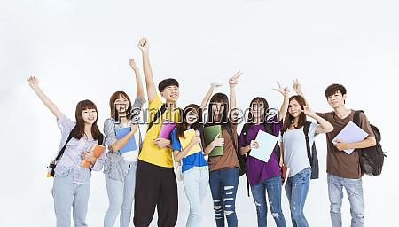 glueckliche junge studentengruppe steht zusammen