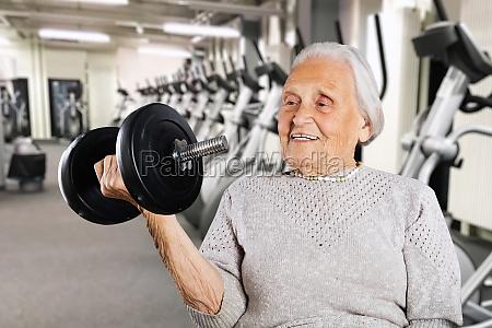 starke pensionierte grossmutter frauen heben gewicht