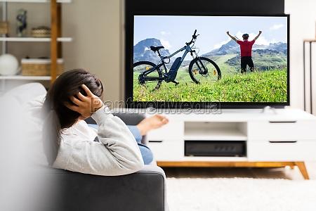 frauen die zu hause fernsehen