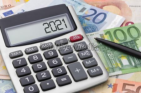 taschenrechner mit geld und stift