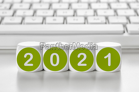 buchstabenwuerfel vor einer tastatur 2021