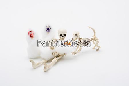 skelettmutter mit ihren kindern und einem