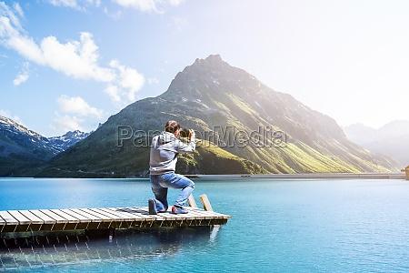 fotograf man taking mountain lake foto