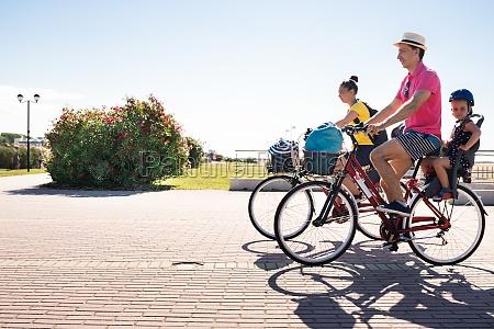 familie reiten fahrrad draussen