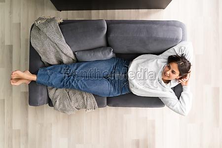 frauen zu hause auf wohnzimmer couch