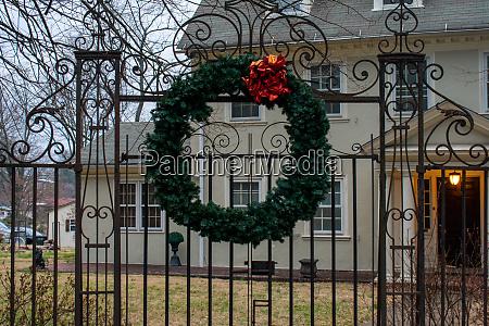 ein weihnachtskranz haengt an einem ornamentalen