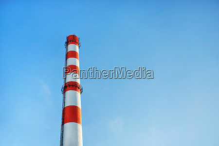 fabrikschornstein blauer himmel