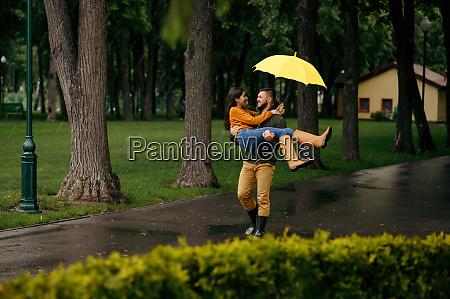 glueckliches liebespaar entspannen im sommer regnerischen