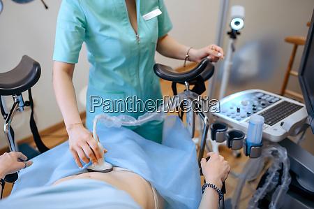 gynaekologe macht ultraschall scan