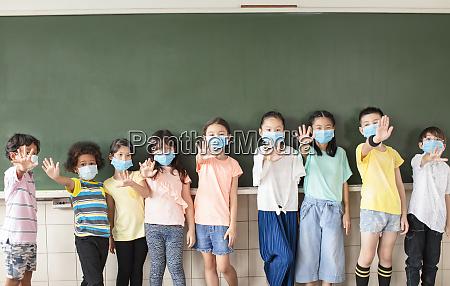 gruppe von verschiedenen jungen studenten tragen