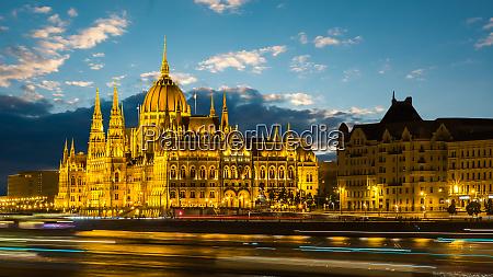 erleuchtetes ungarisches parlament