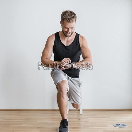 schoener mann beim training zu hause