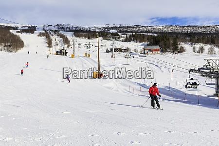 bjorli village skifahrer piste und sessellift