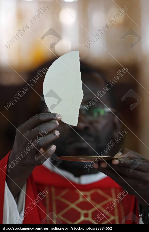 afrikanische, kirche, sonntag, katholische, messe, eucharistiefeier, agbonou, koeroma, togo, westafrika, afrika - 28834552