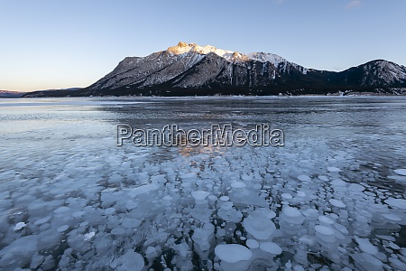 methangasblasen am lake abraham kootenay plains