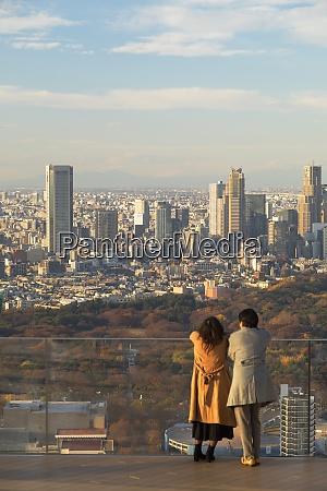 paar auf dem dach von shibuya