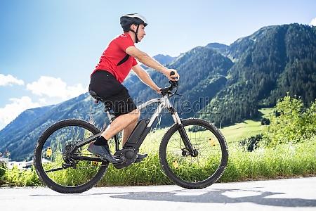 mann mit elektro mountainbike oder e