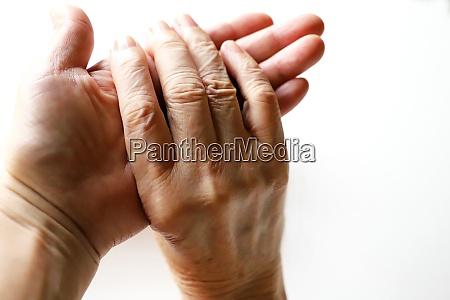seniorin oma und tochter haende haende