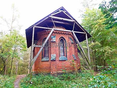 historische ruine der roten kapelle von