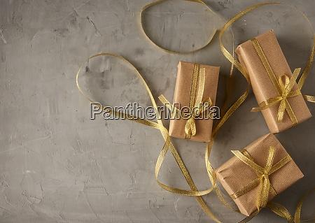 rechteckige schachtel in braunes papier gewickelt