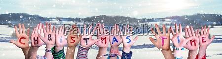 kinder haende bauen wort weihnachtszeit verschneiten
