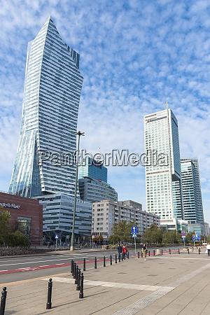 moderne wolkenkratzer in der warschauer innenstadt