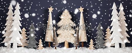 banner weihnachtsbaeume schnee schwarzer holzhintergrund schneeflocken