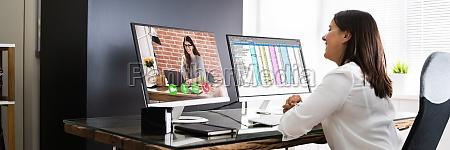 frau video konferenz business call