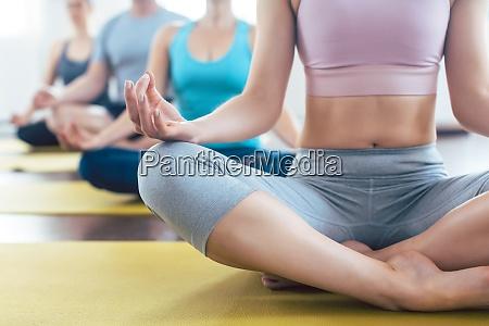 menschen meditieren beim yoga in einfacher