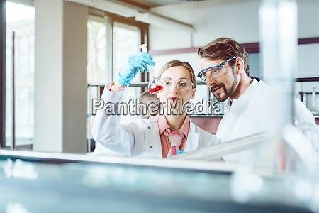 zwei chemiewissenschaftler bei bahnbrechendem experiment