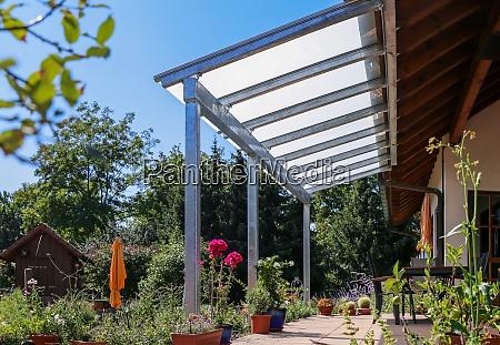 terrasse mit glasueberdachung und blick auf