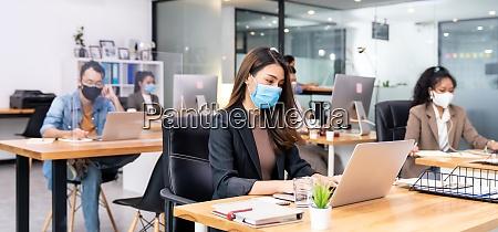 social distanz buero mit business team