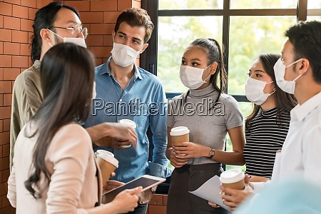 businee person diskussionssitzung mit gesichtsmaske