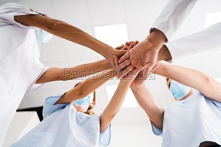 zusammenarbeit mit krankenschwester und arztteam