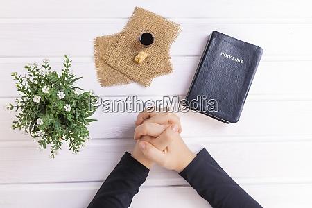 junge frau betet und nimmt kommunion
