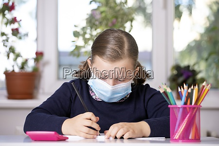 schulkind traegt maske zum schutz gegen