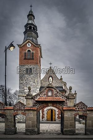 alte stein und backsteinkirche mit uhrturm