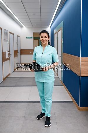 laechelnde AErztin posiert in klinik