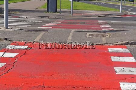 rote farbe strassenkreuzung fuer fahrraeder