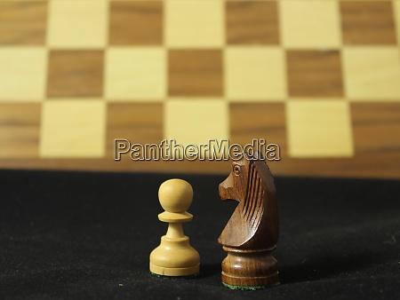 schoenes schachspiel mit verschiedenen figuren strategie