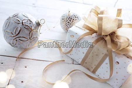 weihnachtsgeschenk mit goldenen band schleife