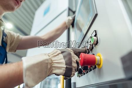 fertigungsarbeiter druecken knopf der metallbiegemaschine