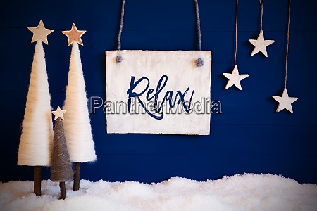 weihnachtsbaum blauer hintergrund schnee text relax