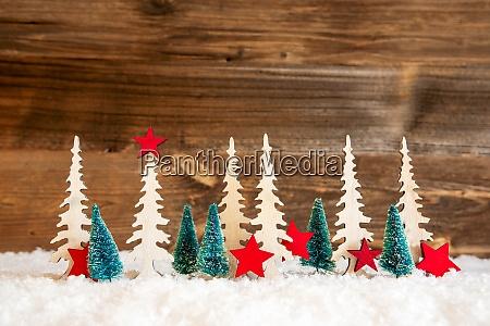 weihnachtsbaum schnee roter stern kopierraum holzhintergrund