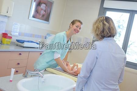 krankenschwester pflege baby in der naehe