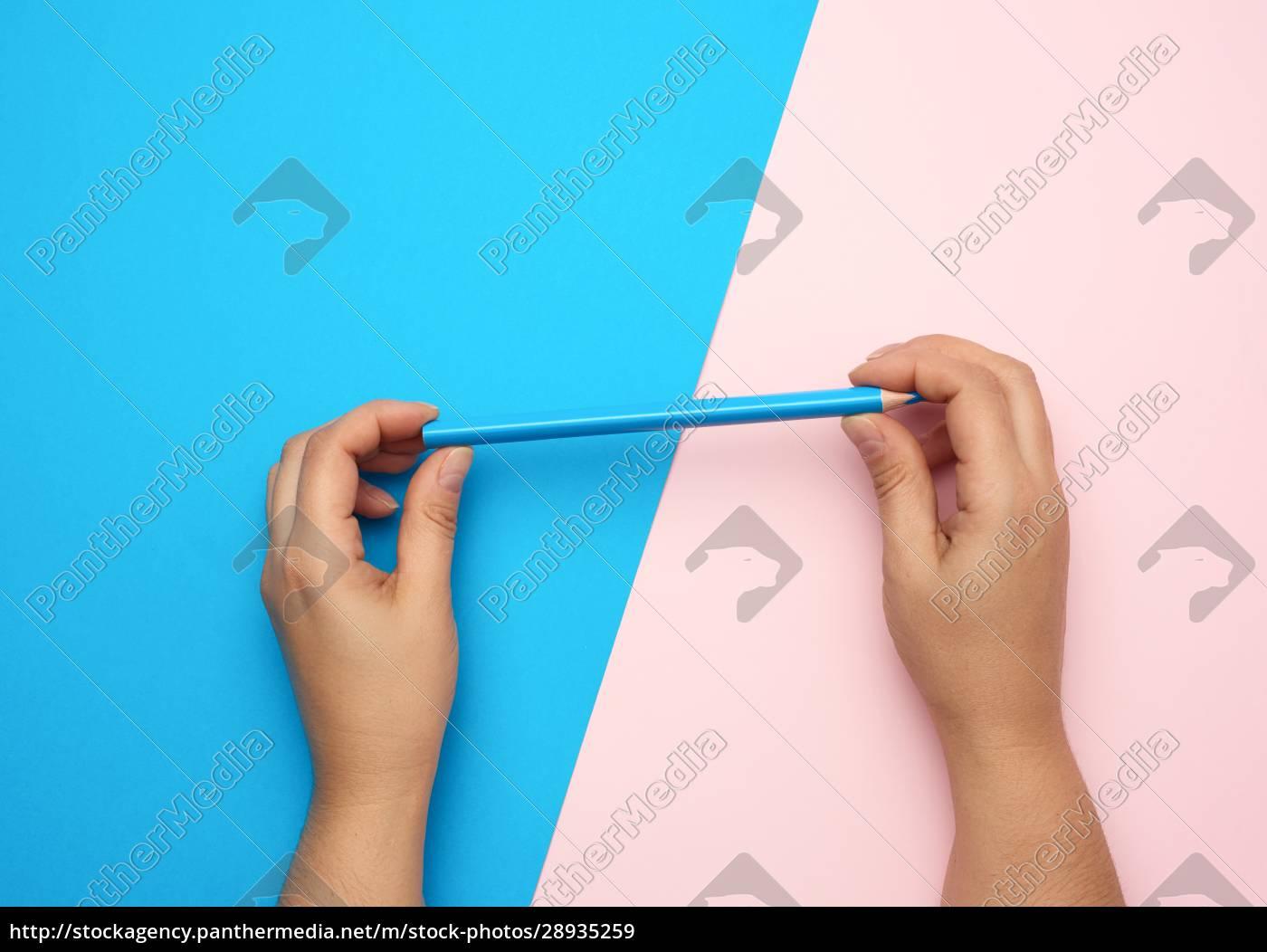 zwei, weibliche, hände, halten, einen, blauen - 28935259