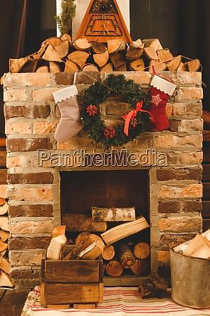 weihnachtssocken haengen am kamin im zimmer