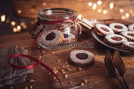 weihnachten stillleben mit marmeladenkeksen
